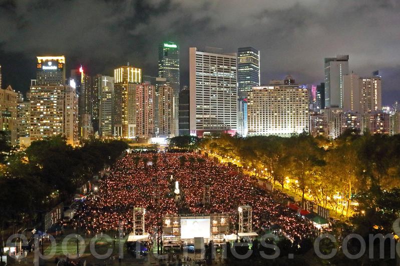 29年了,萬點燭光再次照亮維園。雖然中共官員及建制派威脅不能再喊「結束一黨專政」,港人的心不變,在雨天的情況下仍有11萬5000人出席悼念六四受害者的活動。(李逸/大紀元)