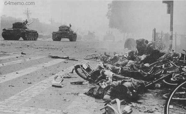 圖為六四大屠殺坦克追碾的學生和市民的屍體。(64memo.com)