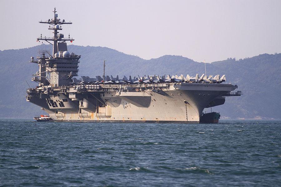 路透社援引消息稱,美國正在考慮派遣軍艦行經台灣海峽,以示對台灣的支持。圖為2018年3月5日,出訪越南的美國航空母艦卡爾文森號(USS Carl Vinson)。(LINH PHAM/AFP/Getty Images)