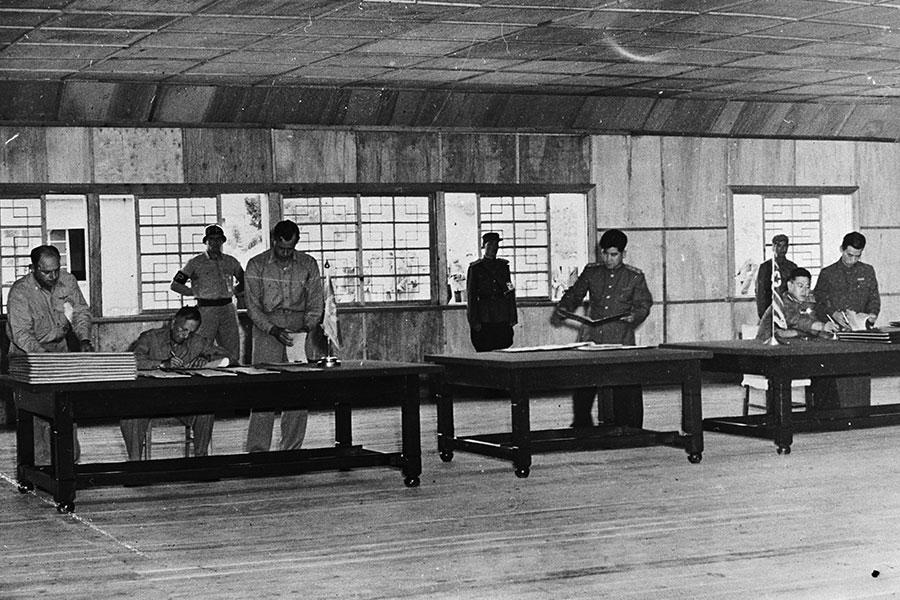 1953年7月27日北韓軍方、中共軍方為一方與以美國為首的聯合國軍一方,在朝鮮半島的板門店簽定了韓戰的停戰協定。(Central Press/Getty Images)