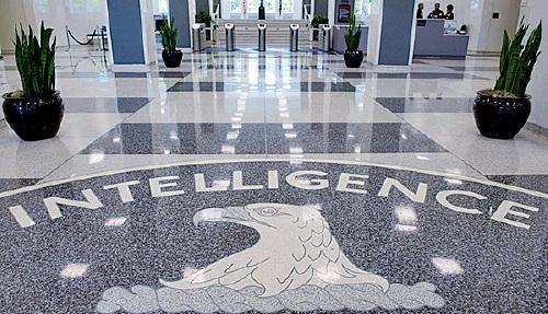 美國司法部6月4日表示,一名前美國國防情報局官員因涉嫌為中共從事間諜活動而被捕。圖為維珍尼亞州蘭利(Langley)CIA總部大樓內大廳。(Getty Images)