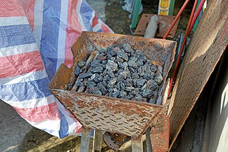 黃成就師傅打鐵用的炭爐。(陳仲明/大紀元)