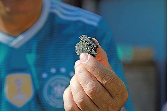 黃成就師傅打鐵用的煤炭。(陳仲明/大紀元)