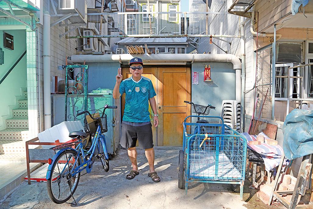 黃成就師傅在家門外架設工作坊,為每年的飄色巡遊打造鐵器。(陳仲明/大紀元)