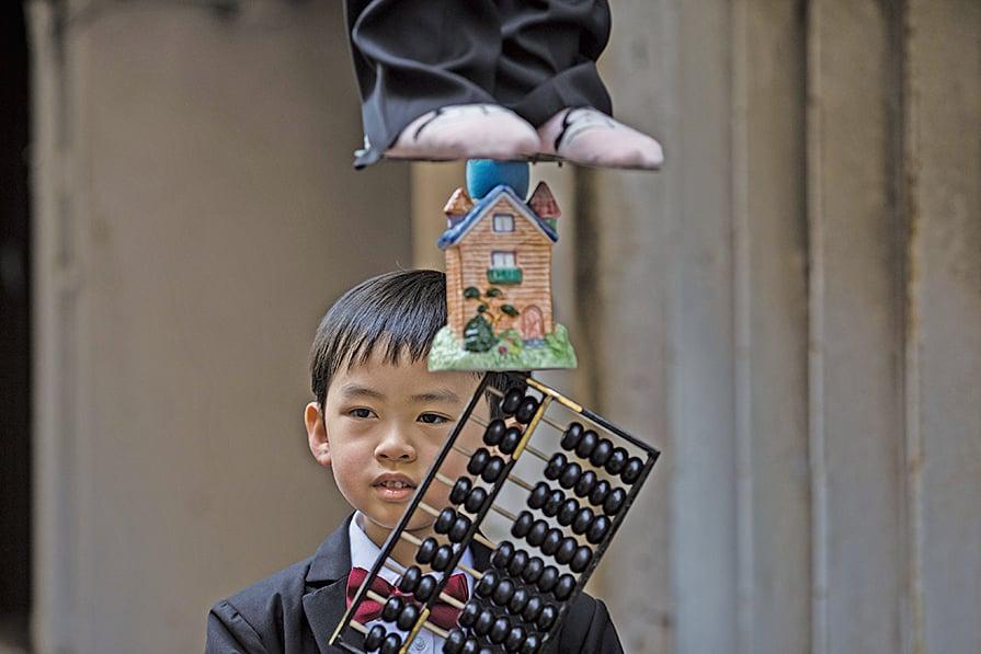 黃師傅今年的作品「阿茂整餅」中出現嵌在色梗中間的小算盤,細微到一顆顆算盤的珠子,都是由他親手打造的。(DALE DE LA REY/AFP/Getty Images)