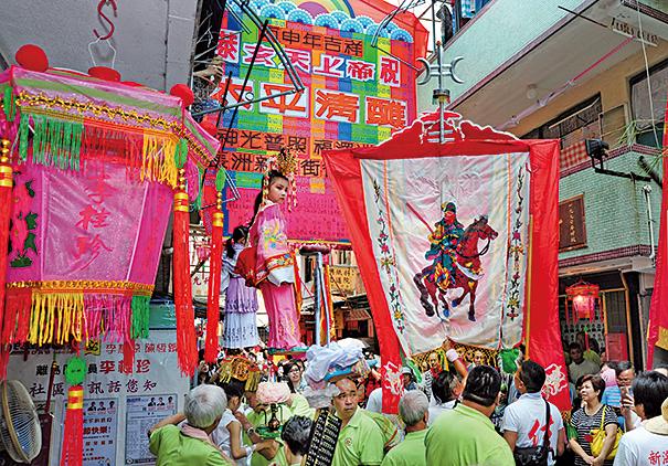 2016年長洲飄色會景巡遊,兒童身穿華麗服飾參與。(張浩林先生提供 )