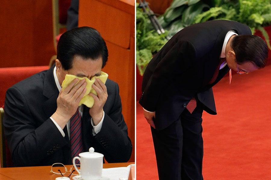 2013年3月,胡錦濤、溫家寶在中共兩會謝幕期間,網絡瘋傳一張胡錦濤掩面哭泣、溫家寶三鞠躬的照片。(Lintao Zhang, GOH CHAI HIN/AFP/Getty Images)