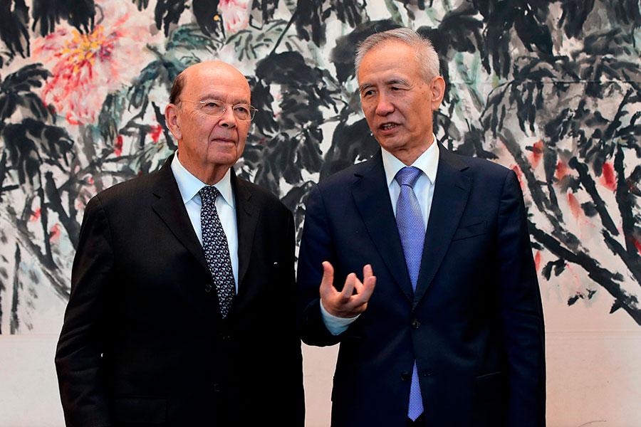 美國商務部長羅斯(左一)與中共國務院副總理劉鶴(右一)在北京進行第三輪中美貿易談判。(ANDY WONG/AFP/Getty Images)