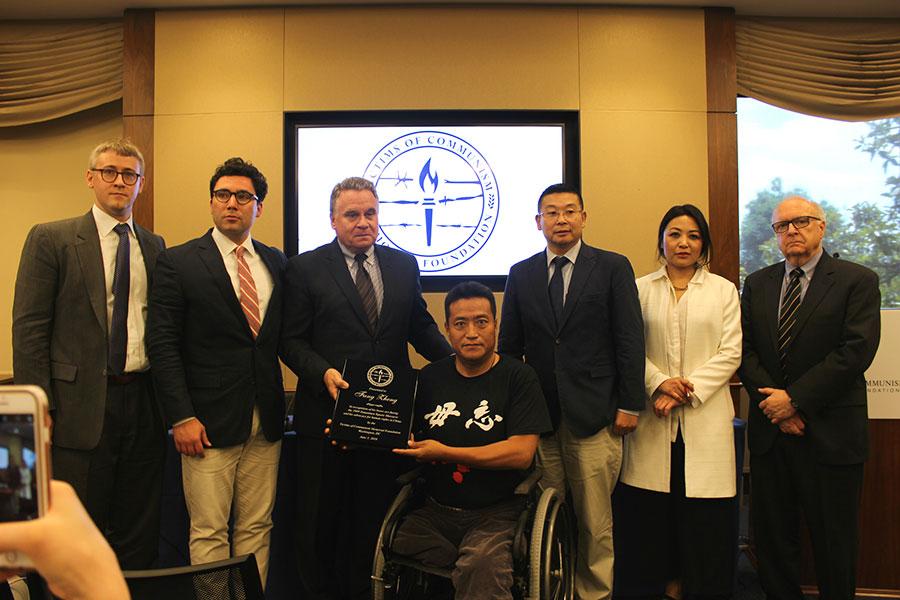 6月5日,共產主義受難者基金會在美國國會舉辦六四研討會,並將「人權獎」頒發給六四倖存者方政。(林樂予/大紀元)