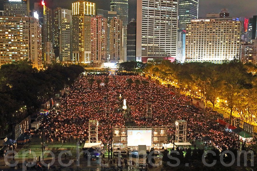 29年來,「六四」天安門事件一直是中共避談的話題,也一直掩蓋著這段歷史的真相。圖為6月4日,有11.5萬香港各界人士悼念六四受害者。(李逸/大紀元)