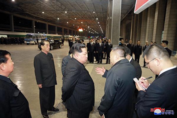 北韓發生車禍導致30多名中國遊客死傷。圖為傷者返回中國,金正恩露面送行。(大紀元資料室)