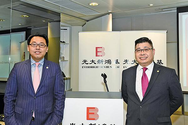 光大新鴻基財富管理策劃師溫傑(左)和外匯策略師任曉平(右)(郭威利/大紀元)