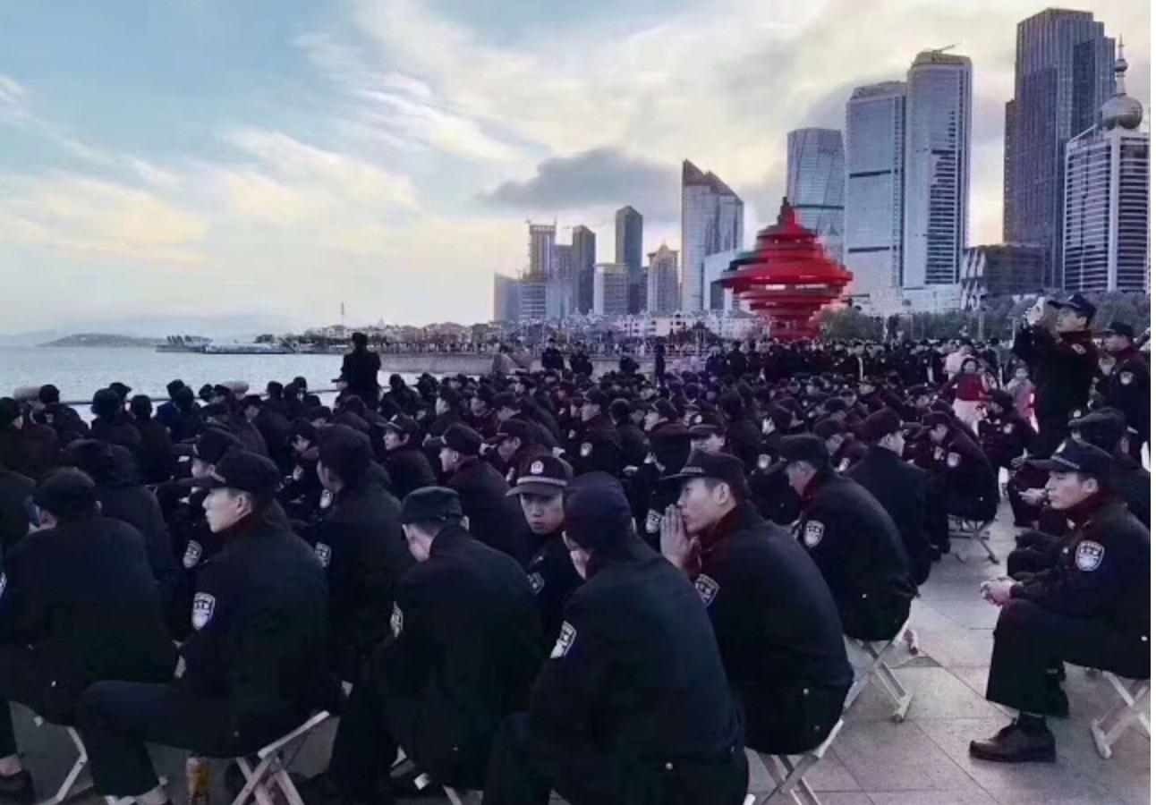 大量警察待命。(網絡圖片)