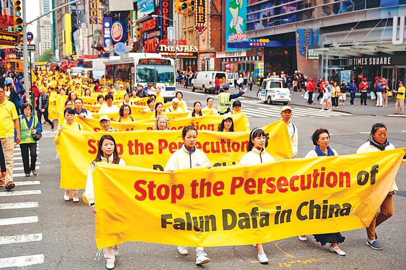 今年5月13日,萬名法輪功學員聚集在紐約巡遊,慶祝世界法輪大法日,並要求中共當局停止對法輪功的迫害。(愛德華/大紀元)