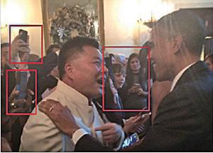 圖為2014年12月13日施建祥出席白宮每年固定的開放日「Holiday Open House」,同普通民眾一樣,隨意與時任美國總統奧巴馬合照。(施建祥微博)