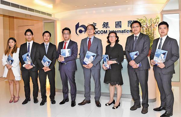 交銀國際研究部主管及首席策略師洪灝(左四)認為,CDR登場或會拖累中港股市。(郭威利/大紀元)