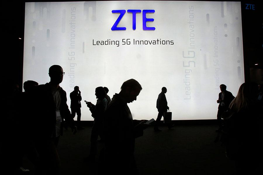 中國電信公司中興通訊向35名涉及對伊朗非法出售產品的員工發出譴責信,包括在職及離職員工,並試圖要離職員工退還獎金。圖為今年2月中興在巴塞羅納世界移動通訊大會的展位。(Miquel Benitez/Getty Images)
