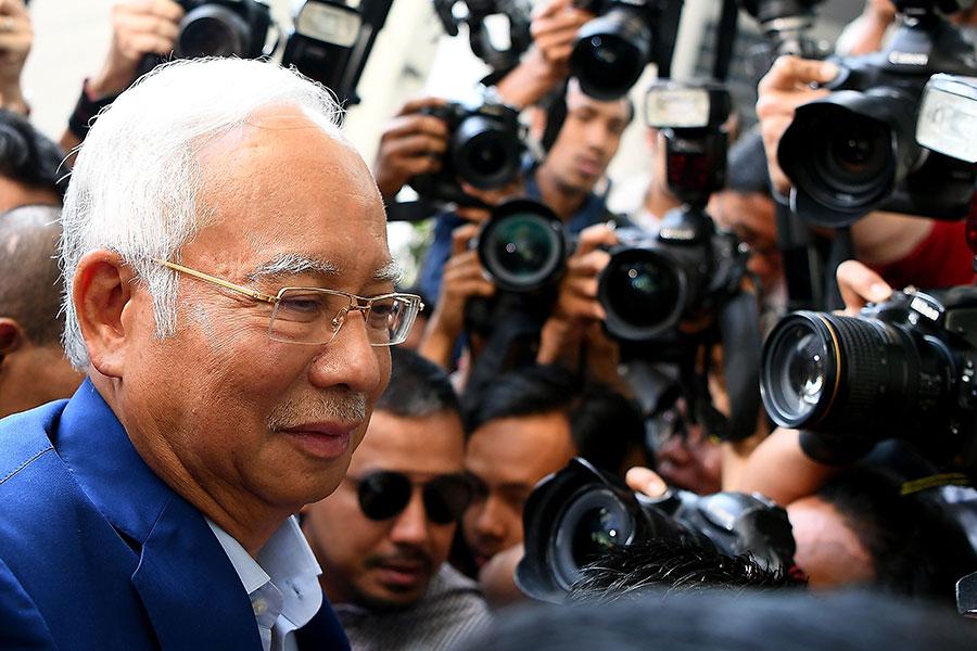 5月22日,馬來西亞前首相納吉受傳召到反貪污委員會總部錄口供。早前,納吉被發現其個人帳戶中有數億美元來源不明,從而引發對一馬公司的腐敗調查。(Manan VATSYAYANA/AFP/Getty Images)
