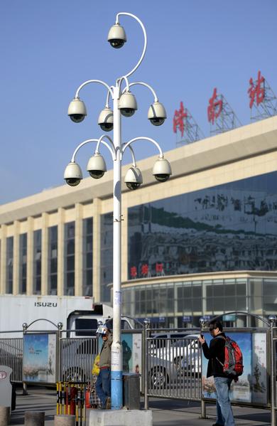 圖為山東省濟南市,火車站廣場入口處,一根桿子上安裝了9個攝像頭,形如「葡萄串」。繼北京上海等地出現監控攝像頭密集安裝出現之後,濟南火車站廣場也出現了同一角度密集安裝的監控攝像頭。 (大紀元資料室)