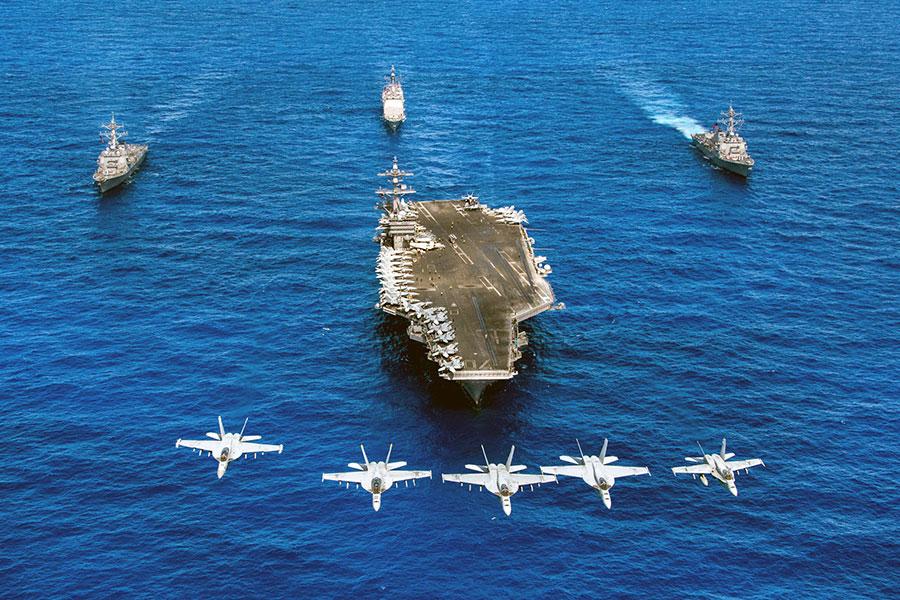 在冷戰結束後,美國海軍不再面臨海上競爭者。但近年來中共加緊發展海軍現代化,以及俄羅斯在海上力量的復活,促使五角大樓重新投入巨資進行戰艦技術研發。圖為美國航空母艦卡爾文森號。(AFP PHOTO/US NAVY/SEAN M. CASTELLANO)