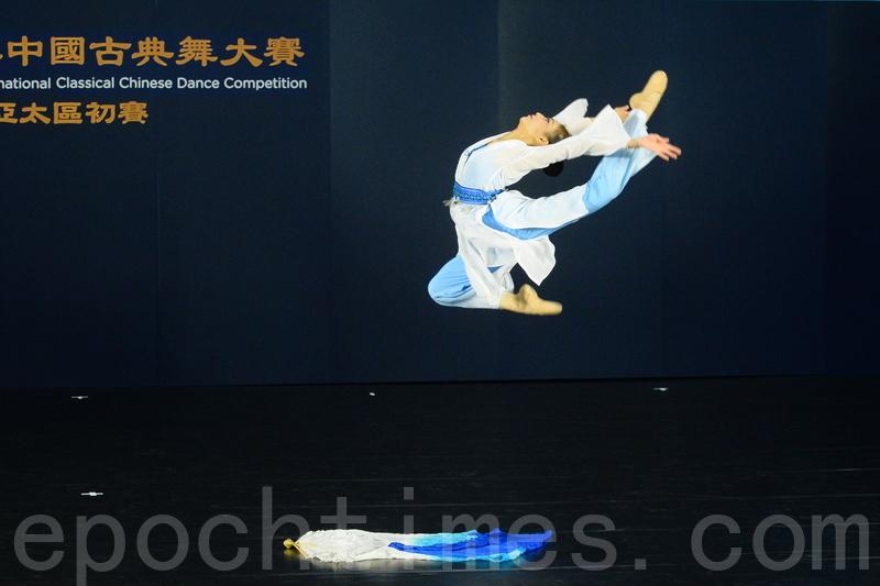 少年女子組入圍選手沈毓憪參賽的劇目是《水上仙韻》,演繹在水面跳舞的仙子。(宋碧龍/大紀元)