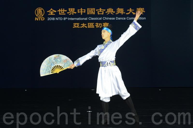 青年男子組選手鄭祺翰,參賽的劇目是《紙扇書生》。(宋碧龍/大紀元)