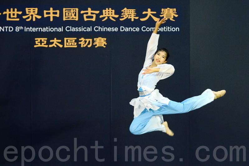 第八屆「全世界中國古典舞大賽」亞太區初賽6月7日在香港舉行。圖為女子組最年輕選手劉博宇演繹劇目《深谷幽蘭》。(宋碧龍/大紀元)