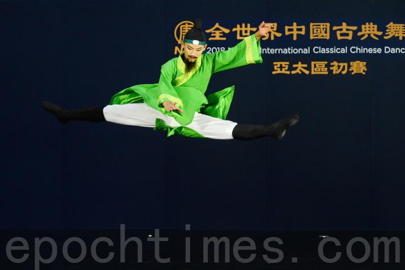 少年男子組最年輕選手、14歲的謝帛彥,比賽的劇目是演繹唐朝詩人李白的《月下獨酌》。(宋碧龍/大紀元)
