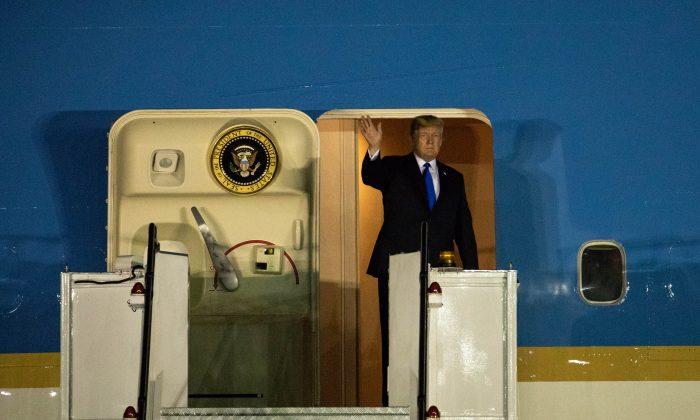 今日(6月10日)晚上8時21分左右,美國總統特朗普到達新加坡巴耶利峇空軍基地。(Samira Bouaou/大紀元)