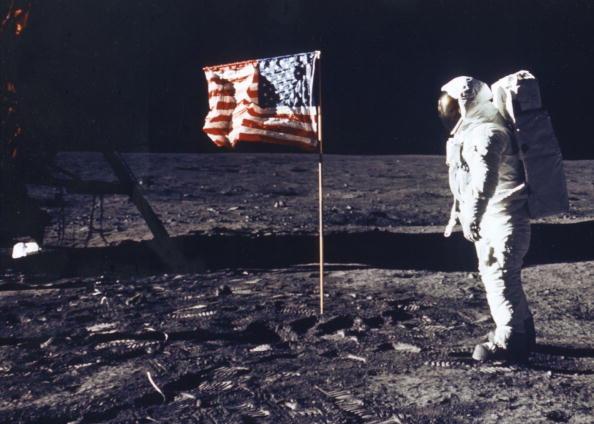 1969年7月20日美國「阿波羅11號」太空船首次成功登月,太空人奧爾德林在月球上與美國國旗合照。(NASA/Getty Images)