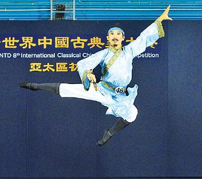 青年男子組選手鄭登富參賽的劇目是《棄文從武》,演繹東漢大將班超投筆從戎的故事。(宋碧龍/大紀元)