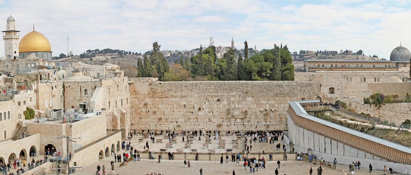 耶路撒冷舊城的西牆(中),猶太教最重要的地點,西牆的背後為昔日聖殿的範圍,現已被伊斯蘭的清真寺所取代。背景右側是是阿克薩清真寺,左測是圓頂清真寺。(公有領域)