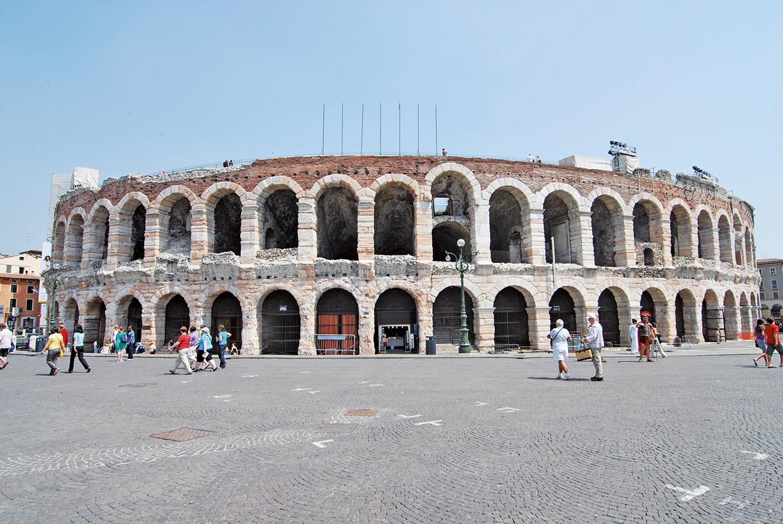 維羅納圓形劇場,位於義大利北部,是少數保持完好且仍在使用的羅馬時期競技場,每年舉辦的歌劇節聞名全球。(公有領域)