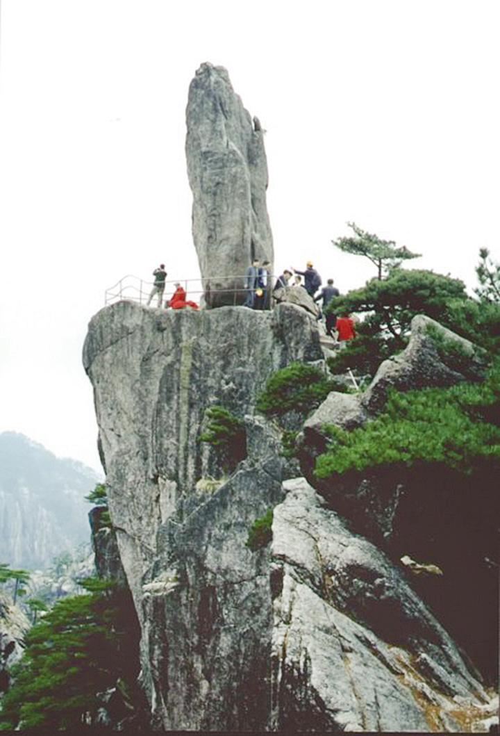 黃山勝景﹕曾經拍過紅樓夢場景的飛來石(大記元資料室)