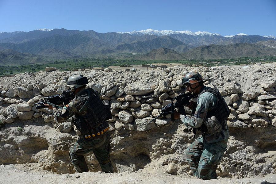 在美軍地面和空中支援下,阿富汗軍隊在過去兩年中,將ISIS逼出一些山谷據點。(NOORULLAH SHIRZADA/AFP/Getty Images)