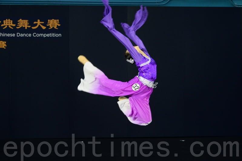第八屆「全世界中國古典舞大賽」亞太區初賽青年女子組選手楊彩眉,比賽劇目為《蘭亭袖舞》。(宋碧龍/大紀元)