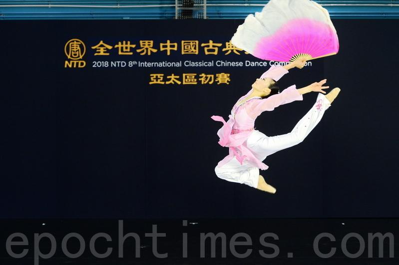 第八屆「全世界中國古典舞大賽」亞太區初賽青年女子組選手顏劭卉比賽劇目《寒梅詠雪》。(宋碧龍/大紀元)