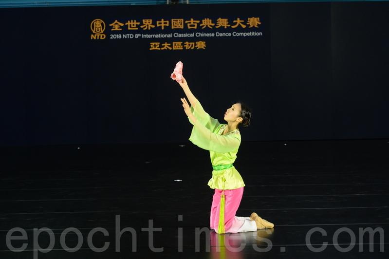 第八屆「全世界中國古典舞大賽」亞太區初賽青年女子組選手劉芯彤比賽劇目《思故人》。(宋碧龍/大紀元)