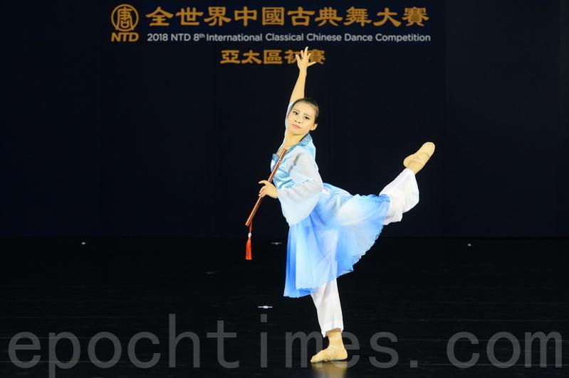 第八屆「全世界中國古典舞大賽」亞太區初賽青年女子組選手蕭鈺美比賽劇目《憶故人》。(宋碧龍/大紀元)