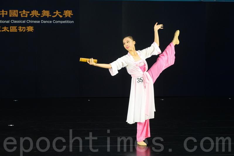 第八屆「全世界中國古典舞大賽」亞太區初賽青年女子組選手方品宜,比賽劇目《春日遊》。(宋碧龍/大紀元)