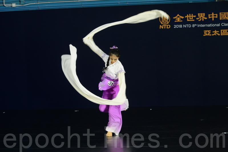 第八屆「全世界中國古典舞大賽」亞太區初賽青年女子組選手詹宜瑾比賽劇目《佳人曲》。(宋碧龍/大紀元)