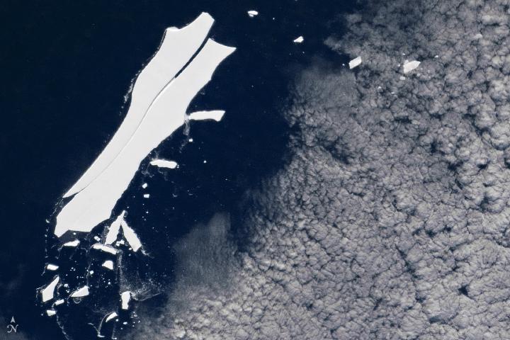 國際太空站太空人今年5月22日觀測到,該冰山最大一塊(名字是B-15Z)仍然有大約50平方海里的表面積(長10海里,寬5海里),仍然在可跟蹤大小範圍內。(NASA/International Space Station)