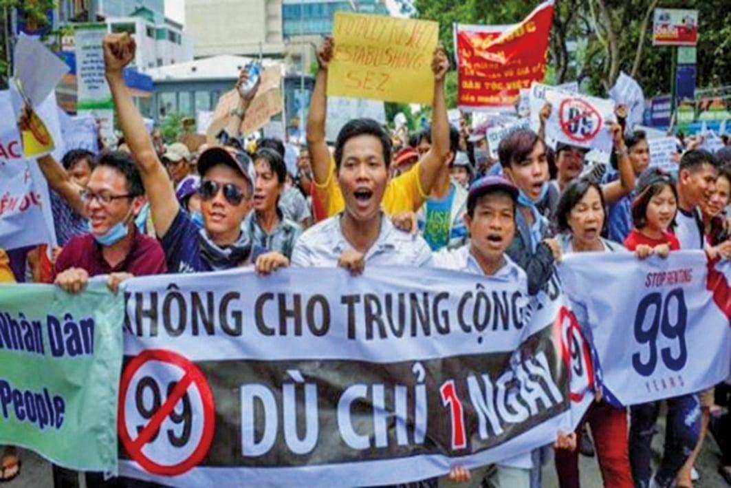 越南多地民眾上街進行反共示威活動,學者認為越南民眾是反對越共出賣民族利益,反對中共滲透影響這些經濟特區。(推特圖片)