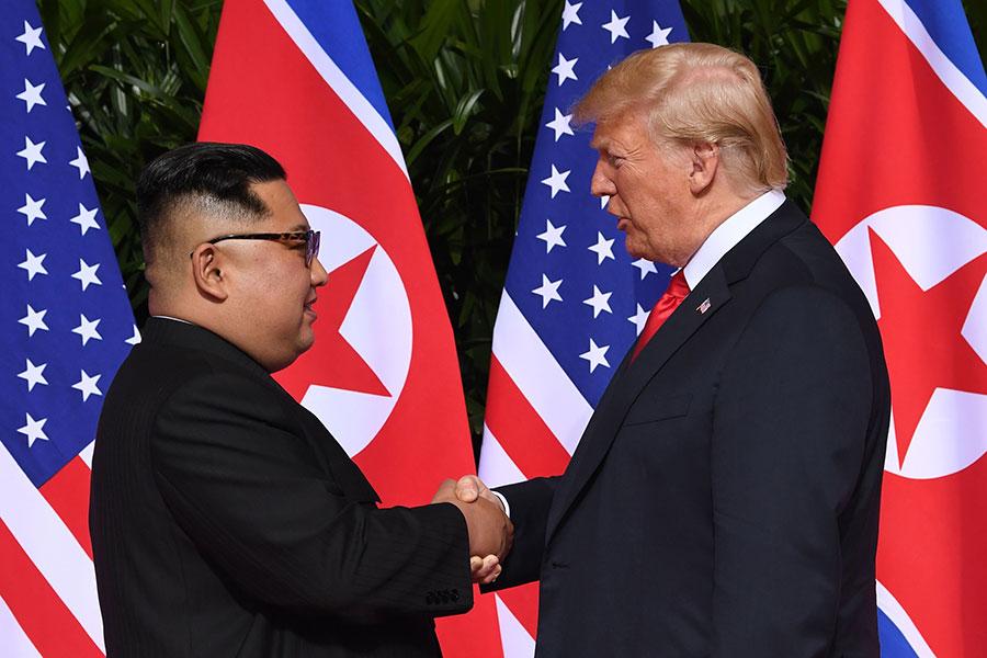 舉世矚目的特金會,今日上午九時在新加坡聖淘沙嘉佩樂酒店舉行。圖為美國總統特朗普(右)與北韓領導人金正恩歷史性握手。(SAUL LOEB/AFP/Getty Images)