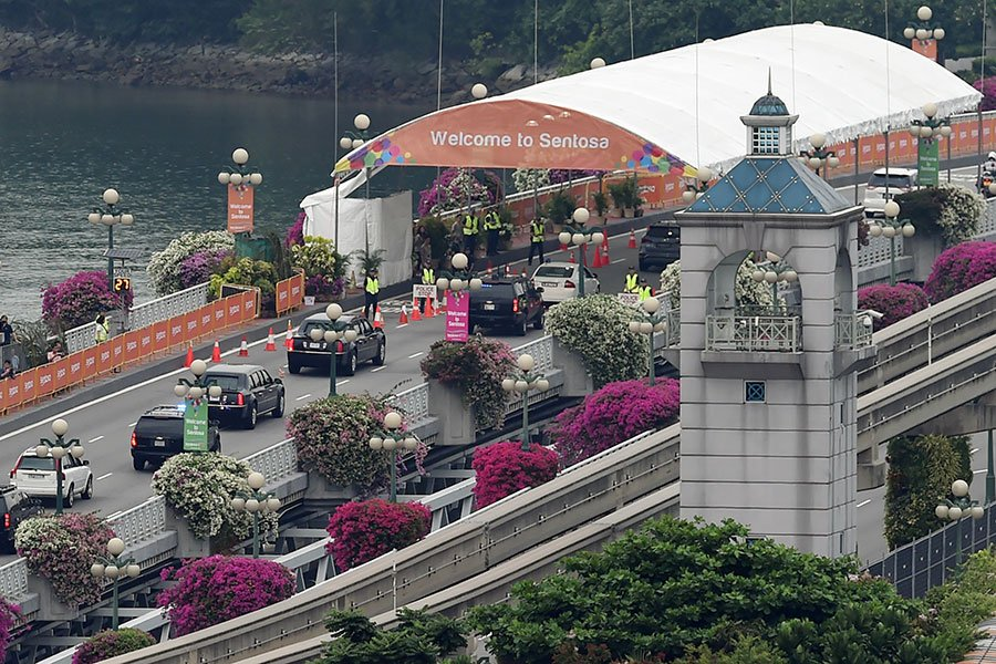 舉世矚目的特金會於6月12日在新加坡聖淘沙嘉佩樂酒店正式登場。特金會可能是一場重塑亞洲安全格局、乃至世界格局的高峰會議。圖為特朗普車隊駛向峰會地點。(AFP PHOTO / Roslan RAHMAN)