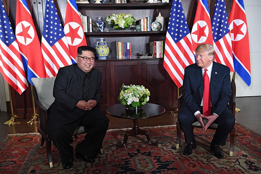 特金會首輪會晤中,美國總統特朗普(右)與北韓領導人金正恩單獨會面。(SAUL LOEB/AFP/Getty Images)