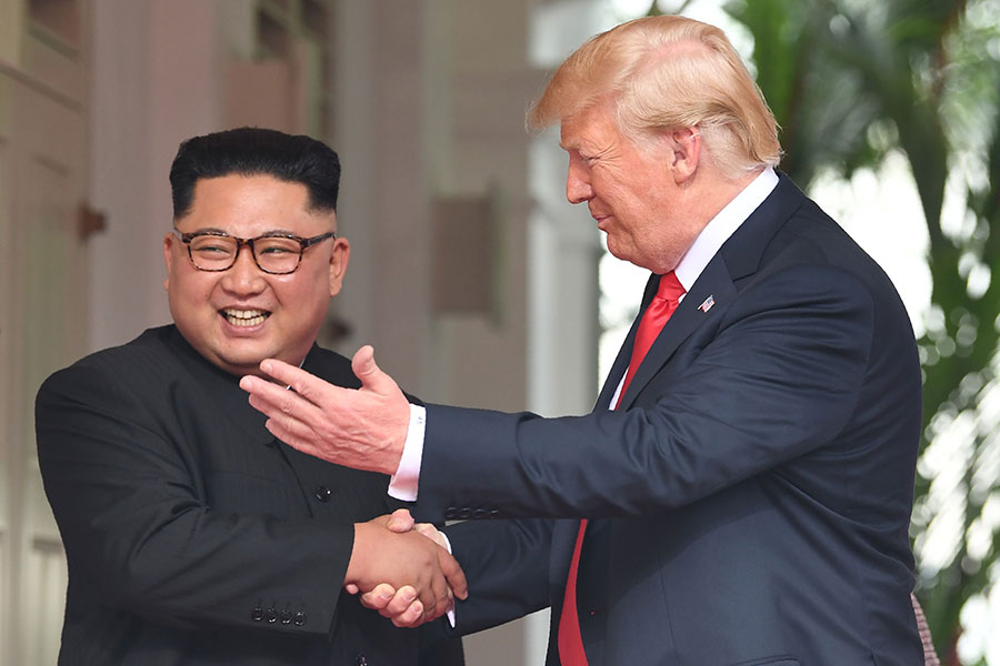 圖為美國總統特朗普(右)與北韓領導人金正恩握手。(SAUL LOEB/AFP/Getty Images)