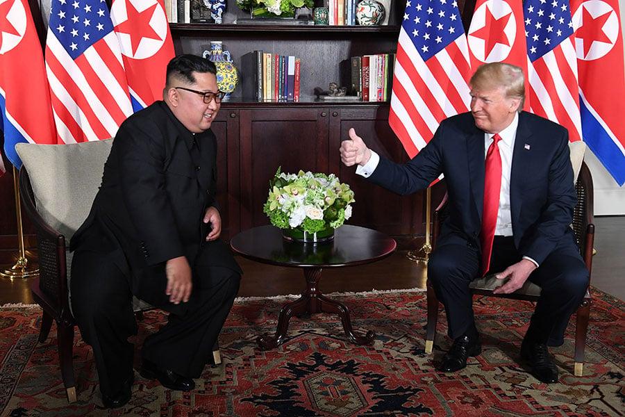當金正恩說,「我們克服了障礙」之後,特朗普向金正恩伸出一個大拇指。(SAUL LOEB/AFP/Getty Images)