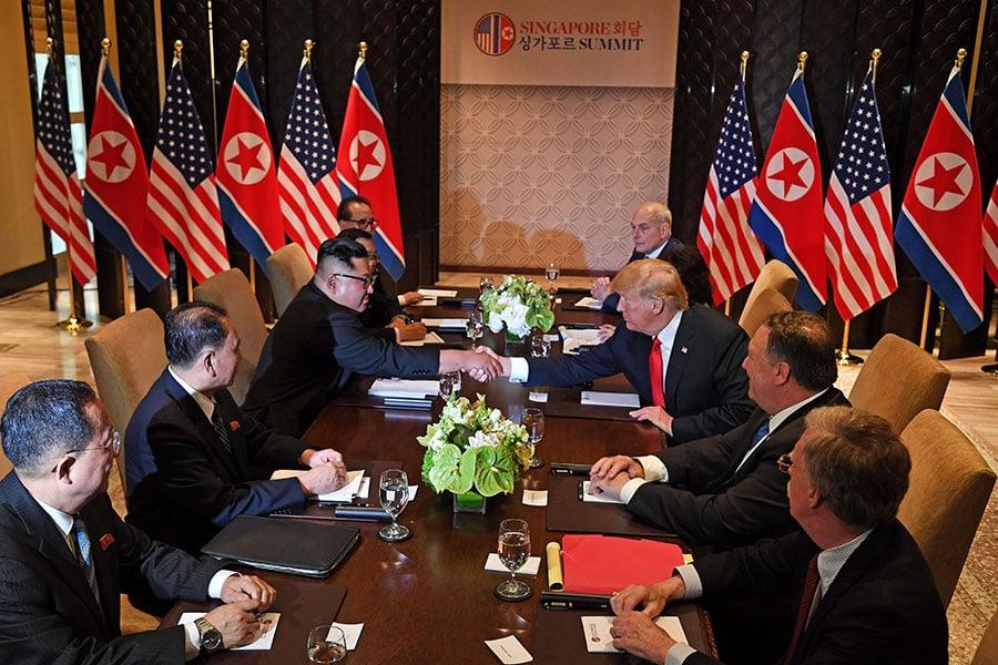 美朝首腦及其代表團成員開始展開特金會的擴大雙邊會議。(SAUL LOEB/AFP/Getty Images)