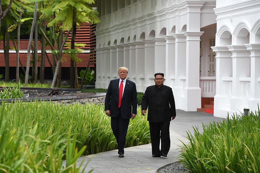 特朗普和金正恩午餐後散步。(ANTHONY WALLACE/AFP/Getty Images)